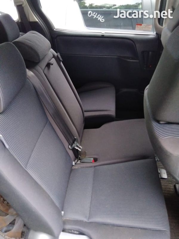 Toyota Voxy 2,0L 2015-10