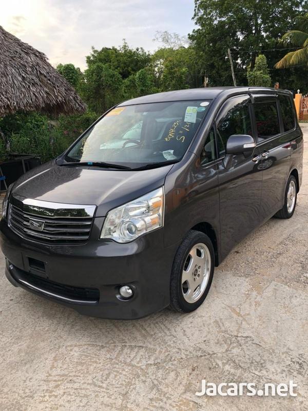 Toyota Noah 2,0L 2011-4