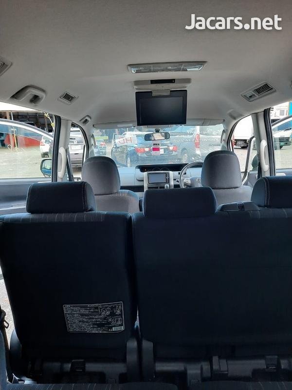 Toyota Voxy 2,0L 2012-7