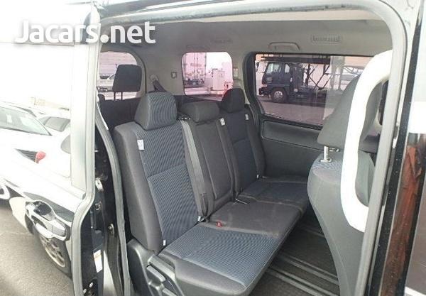 Toyota Voxy 2,0L 2015-6