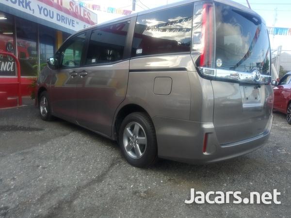 Toyota Noah 2,0L 2018-9