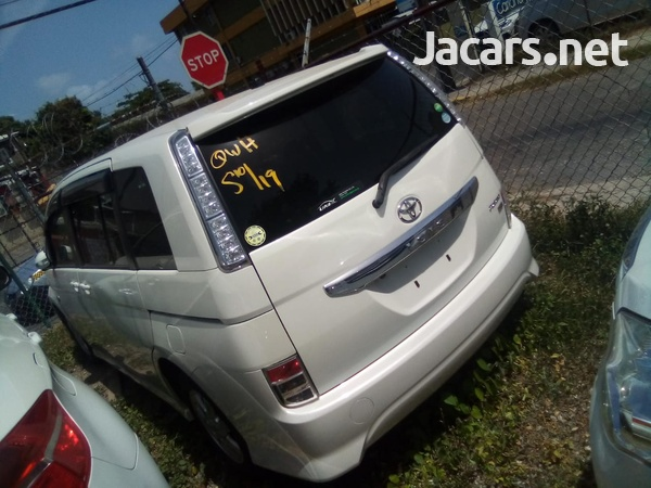 Toyota Isis 2,0L 2013-5