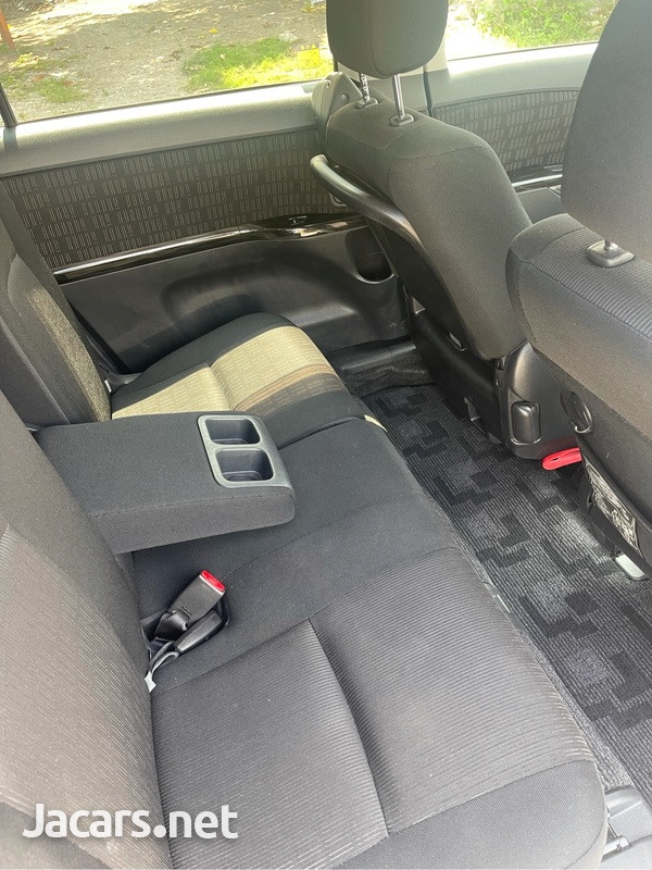 Toyota Isis 1,8L 2012-9