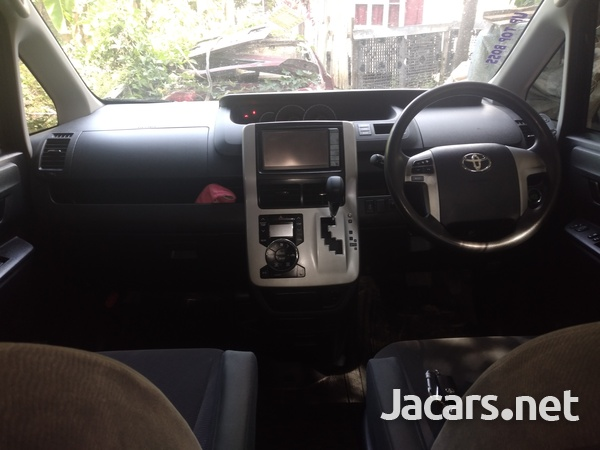 2010 Toyota voxy-8