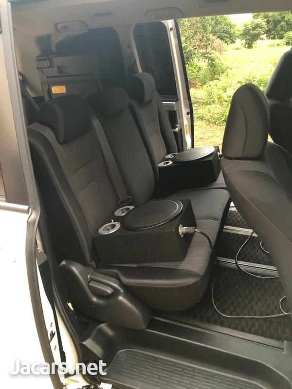 Toyota Voxy 2,0L 2010-6