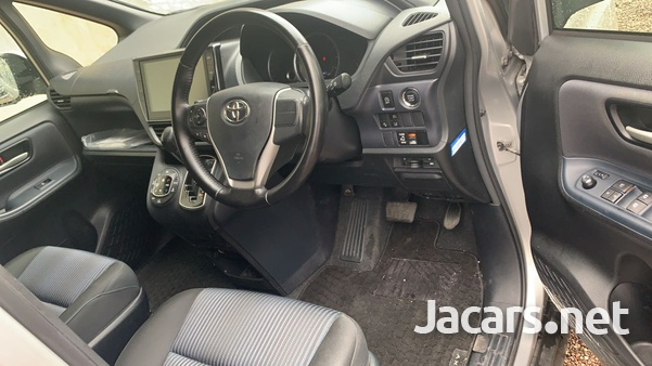 Toyota Voxy 2,0L 2016-5