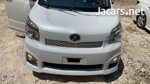 Toyota Voxy 2,0L 2013-5
