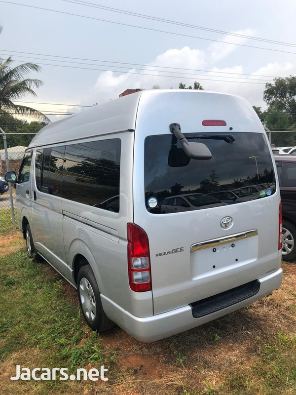 Toyota Hiace Bus 2013-5