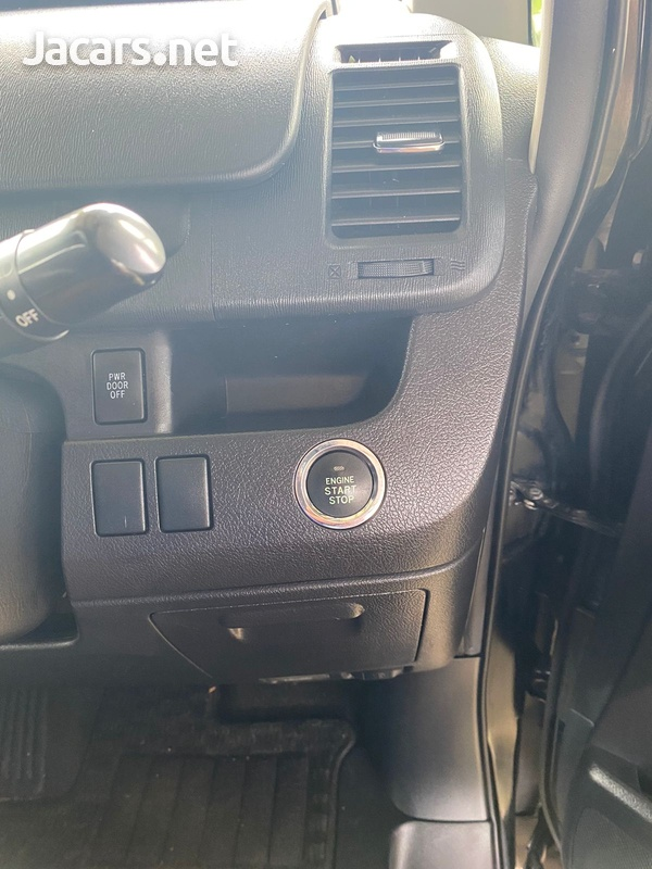 Toyota Noah 2,0L 2012-11