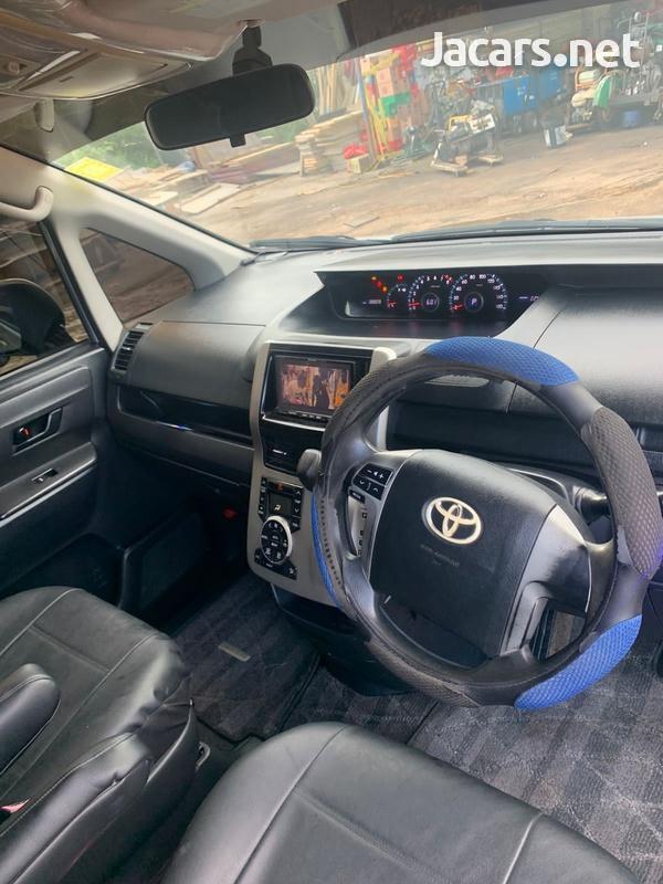 Toyota Noah 2,0L 2011-8
