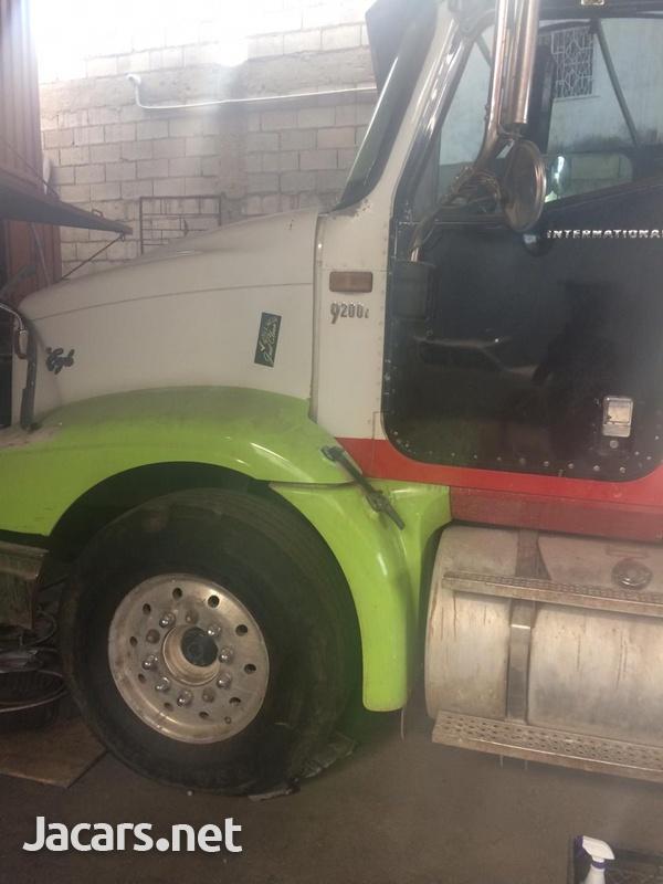 International 2006 tractor head-1