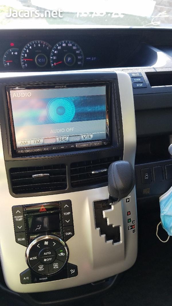 Toyota Voxy 2,0 L 2012-7