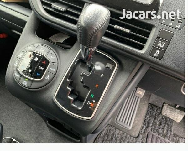 Toyota Voxy 2,0L 2016-4