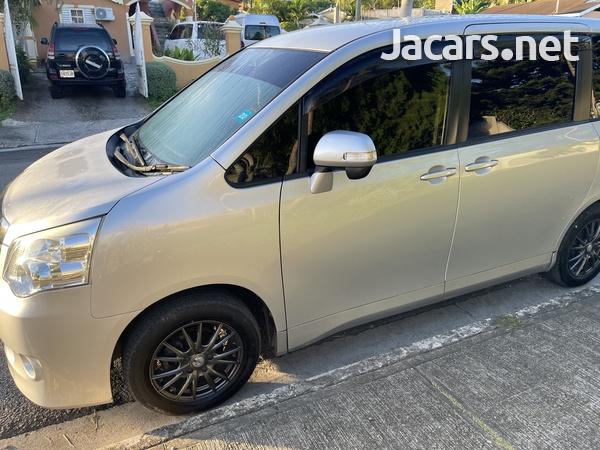 Toyota Noah 2,0L 2012-3