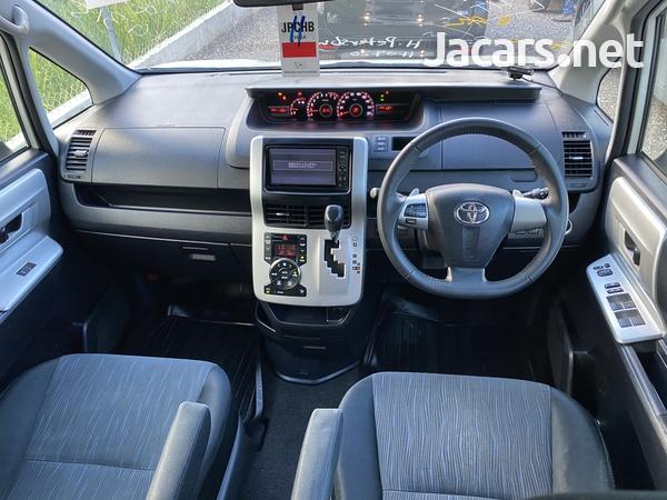 Toyota Voxy 2,0L 2011-8