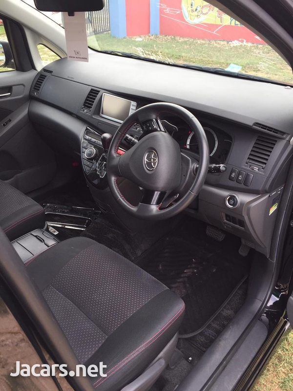 Toyota Isis 2,0L 2011-7