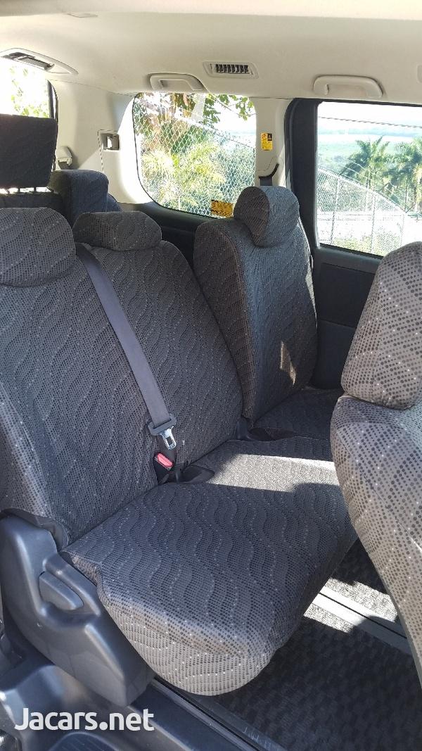 Toyota Voxy 2,0 L 2012-3