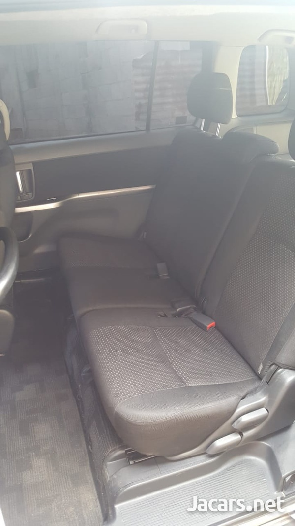 Toyota Isis Platana 2,0L 2009-8