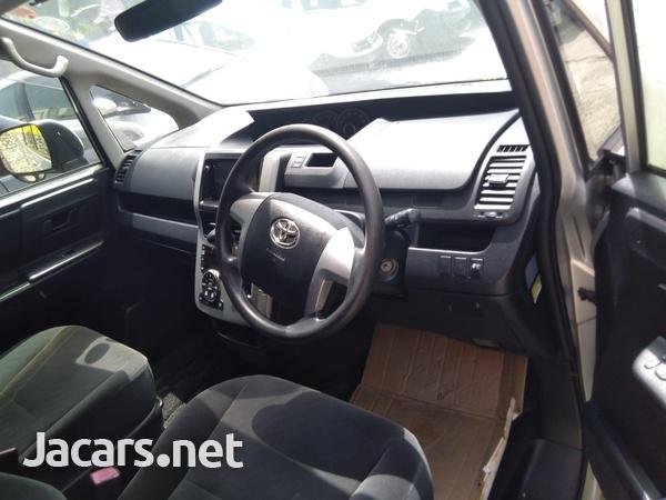 Toyota Noah 2,0L 2013-6