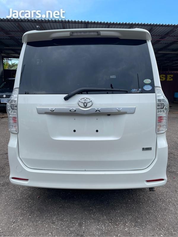 Toyota Voxy 2,0L 2012-6