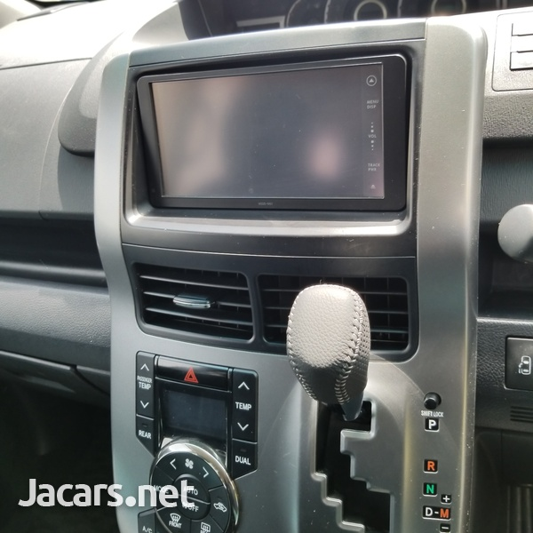 Toyota Voxy 2,0L 2012-10