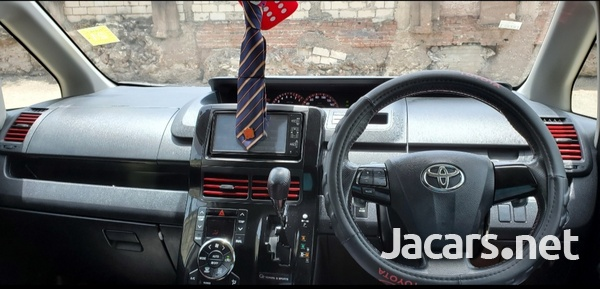 Toyota Voxy 2,0L 2011-3