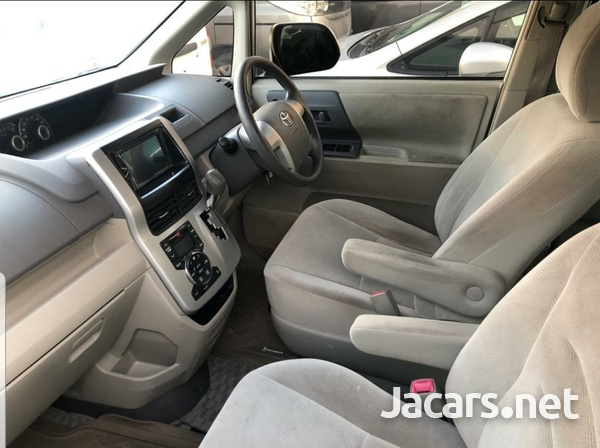 Toyota Noah 2,0L 2014-6