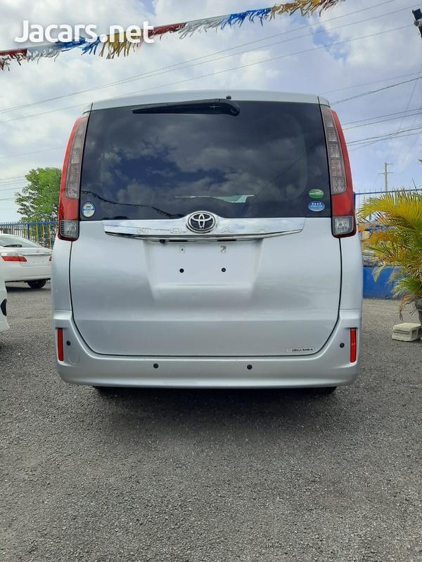 Toyota Noah 2,0L 2015-10