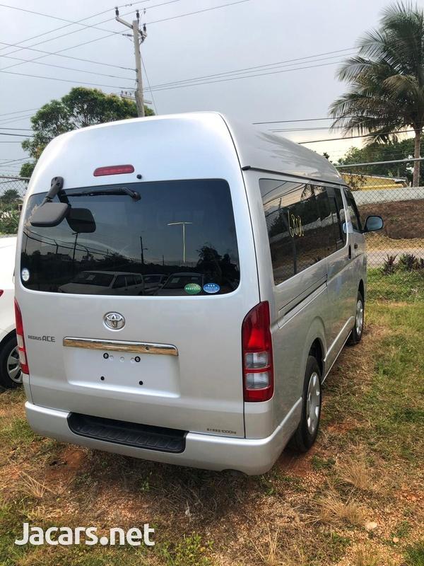 Toyota Hiace Bus 2013-7