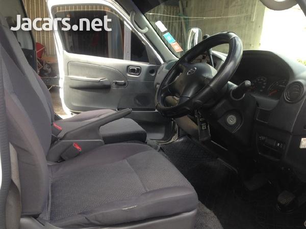 Nissan Caravan-6