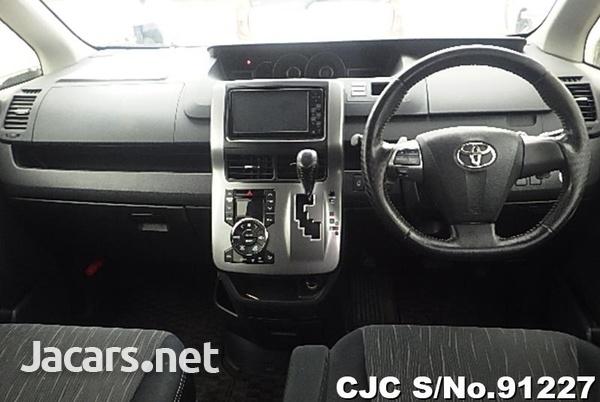 Toyota Voxy 2,0L 2012-5