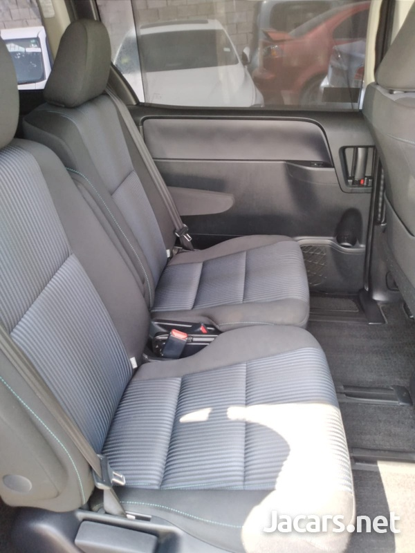 Toyota Voxy 2,0L 2014-10
