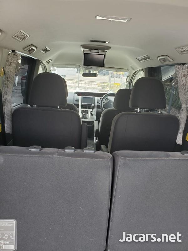 Toyota Voxy 1,9L 2012-6