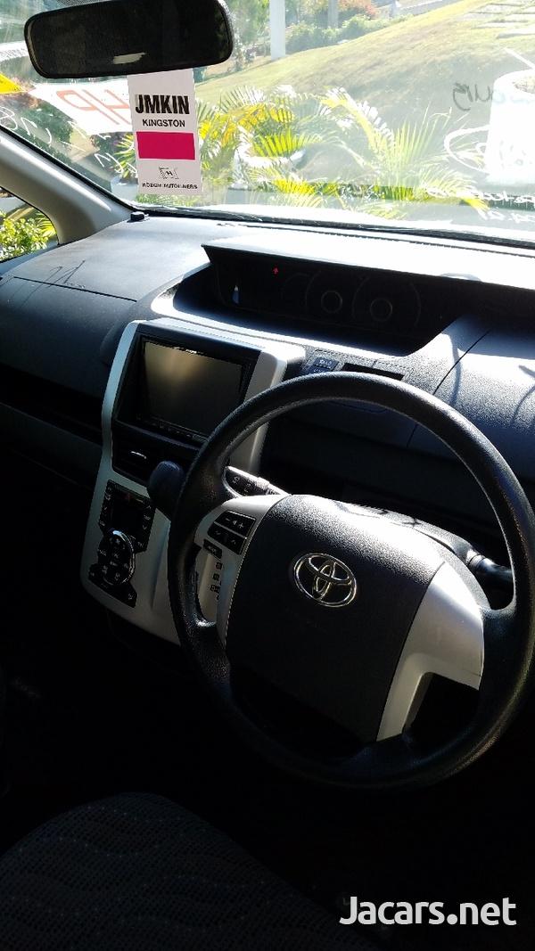 Toyota Voxy 2,0 L 2012-6