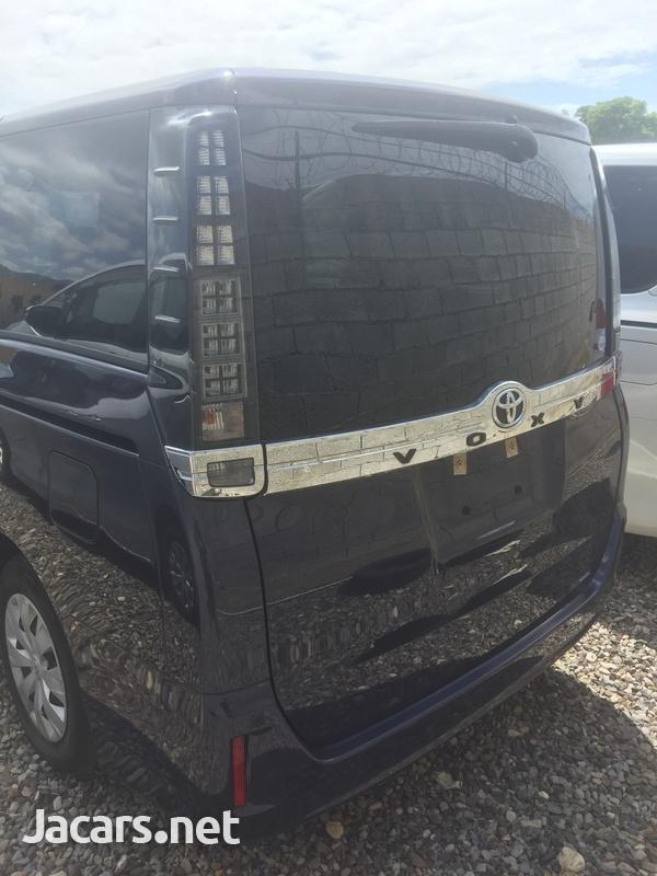 Toyota Voxy 2,0L 2016-3