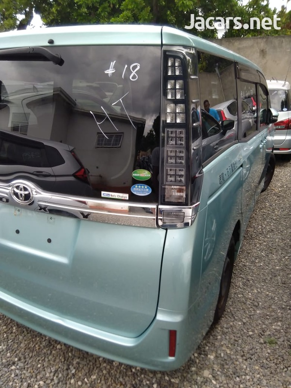 Toyota Voxy 2,0L 2015-5