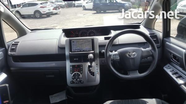 Toyota Voxy 2,0L 2012-8