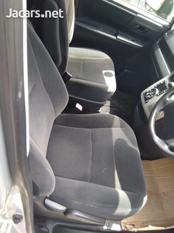 Toyota Noah 2,0L 2013-4