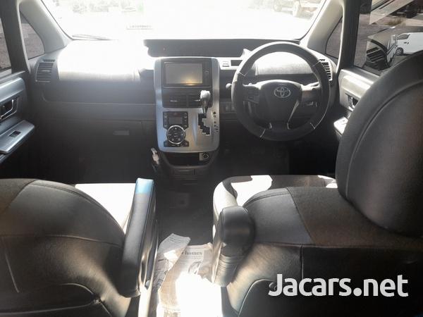 Toyota Voxy 1,9L 2013-5