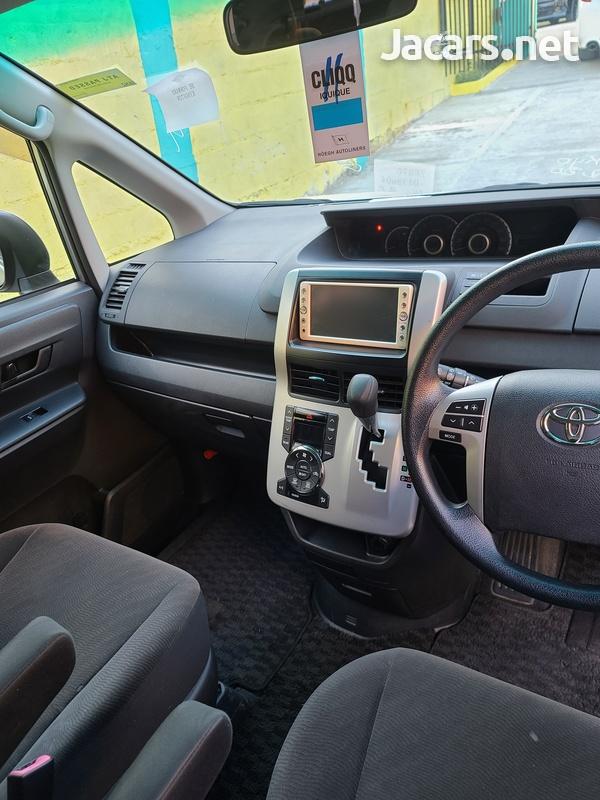 Toyota Voxy 2,0L 2011-9