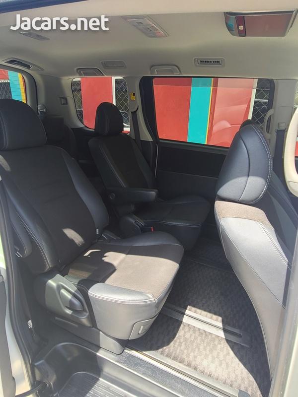 Toyota Voxy 2,0L 2013-13