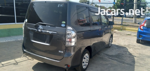 Toyota Voxy 1,8L 2012-4
