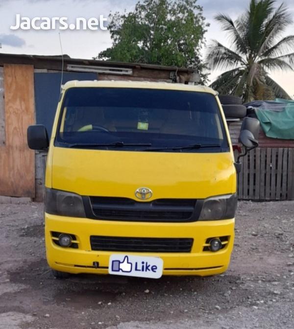 06 Toyota Hiace Bus-1