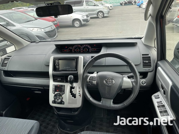 Toyota Noah 2,0L 2012-8