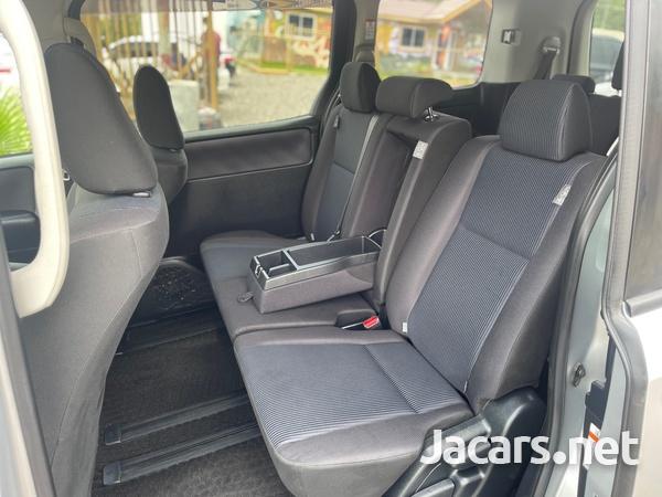 Toyota Voxy 2,0L 2016-10